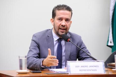 """Deputado que chamou colegas de """"vagabundos"""" pede desculpas e é absolvido pelo Conselho de Ética"""