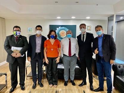 Pazuello avalia aplicação de ozônio retal