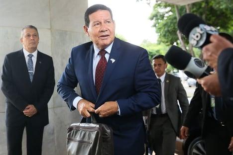 Sem comentar fala de Bolsonaro, Mourão diz que queimadas são superdimensionadas