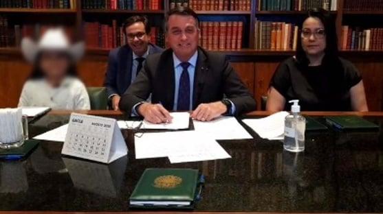 """Bolsonaro faz """"limpa"""" de radicais no governo"""