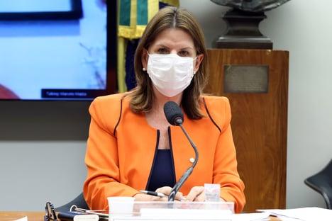 """""""Não é uma previsão solta"""", diz relatora da comissão da Covid-19, sobre vacinação em janeiro"""