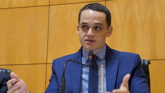 Deputado que acompanhou comitiva antiaborto de Damares invadiu hospital