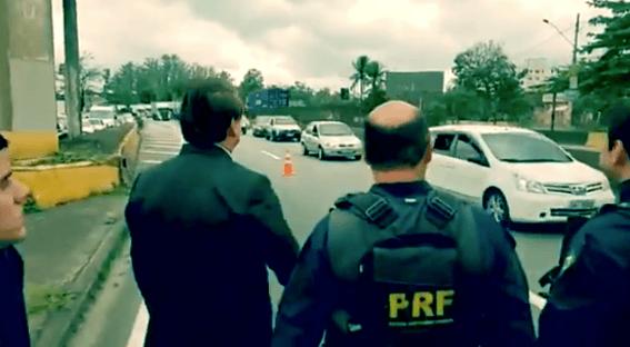 Vídeo: Bolsonaro xingado na via Dutra