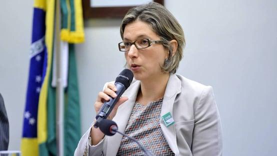 Diretor da PF exonera delegada que investigava interferência de Bolsonaro… na PF