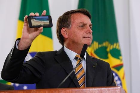 Pelo WhatsApp, Bolsonaro dá estocada em Bruno Covas