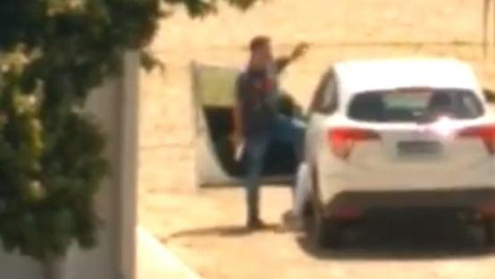Policial faz namorada de refém e atira