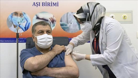 Ministro da Saúde da Turquia toma Coronavac e vacinação começa na quinta (14)