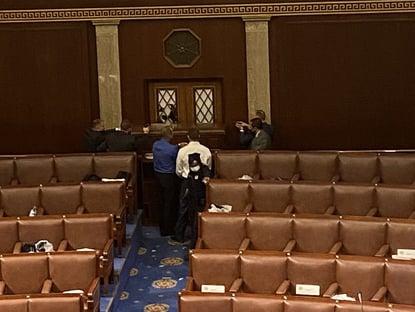 Policiais aguardam armados invasores à Câmara dos Deputados dos EUA