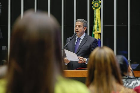 Cúpula da Câmara estuda revogar prisão de Silveira, mas suspender mandato
