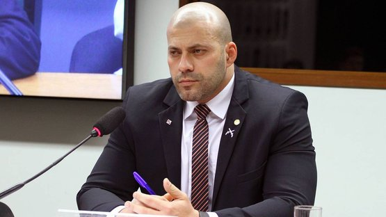 Moraes concede prisão domiciliar a Daniel Silveira
