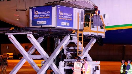 Lote de 1,7 milhão de doses da AstraZeneca chega ao Brasil