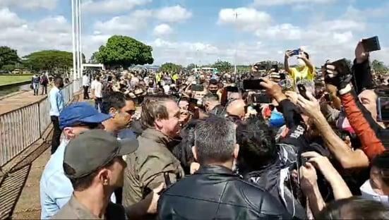 Bolsonaro reúne motoqueiros em rolé por Brasília