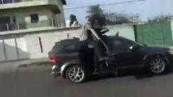 Bolsonaro passeia com o corpo para fora de carro e é xingado no Amapá