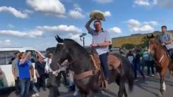 Montado em cavalo, Bolsonaro participa de manifestação contra CPI
