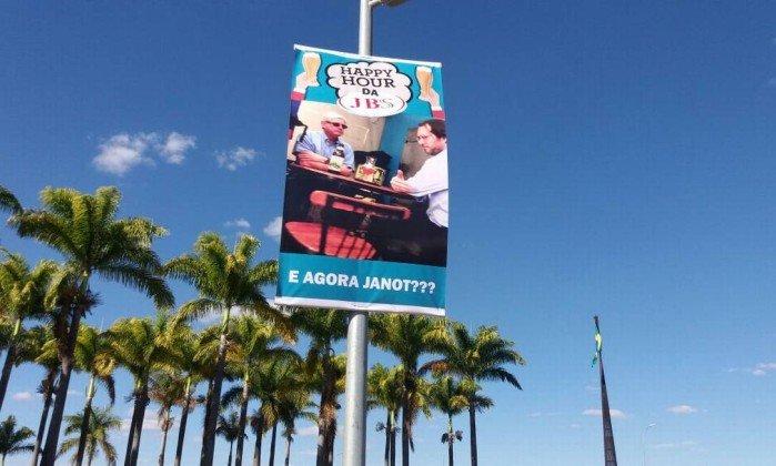 Eram Tres Banners Com Os Dizeres Happy Hour Da JBS Agora O Bambu Vai Comer E Janot Deu Jornal Nao Identificou Autores Dos