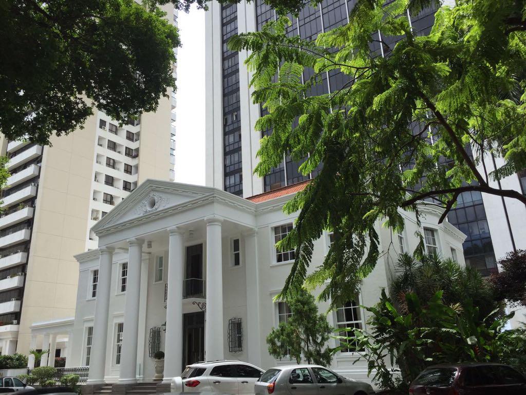3bbe26abead Deve ter sido grande o esforço para pagar pelo apartamento com o salário de  governador ou o de secretário do governo baiano.