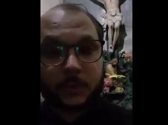 VÍDEO – Padre que celebrava missa em momento de atentado pede orações