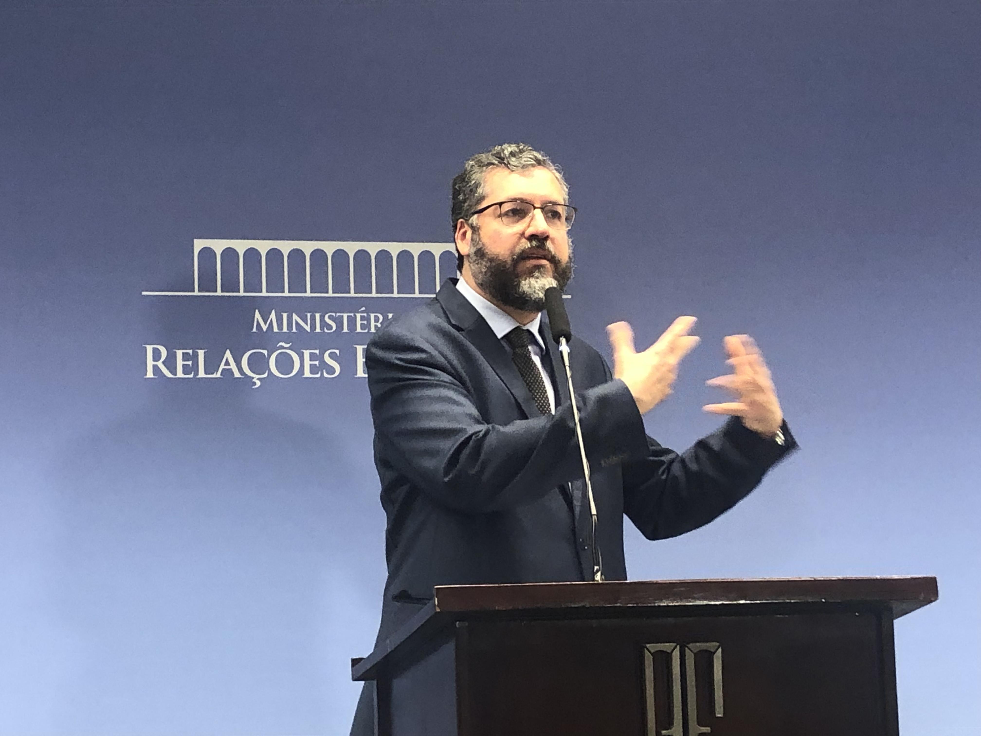 AO VIVO – Ernesto Araújo faz balanço de visita presidencial aos EUA
