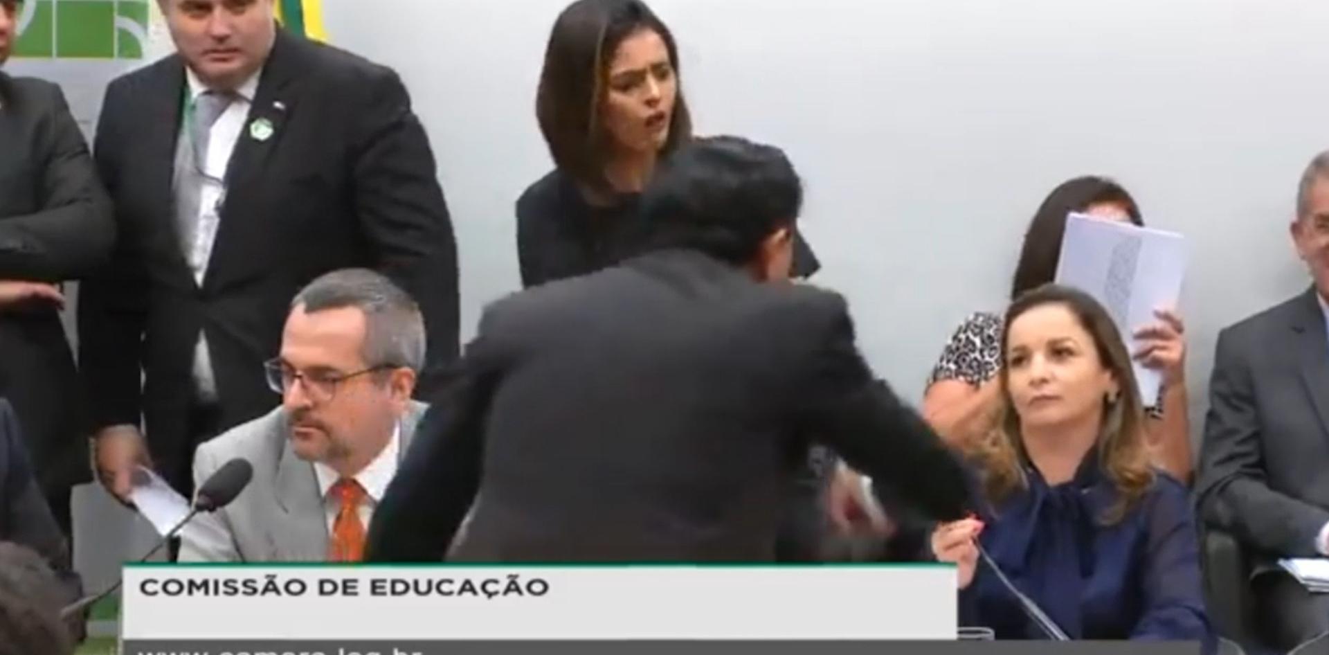 Vídeo: Confusão na Comissão de Educação
