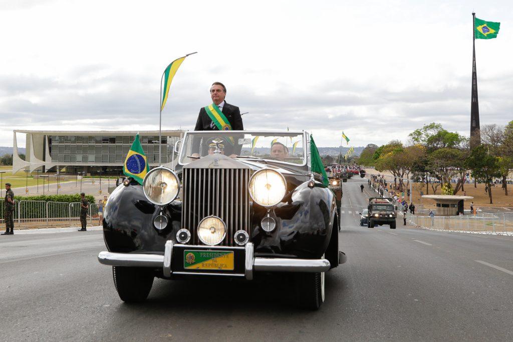 Bolsonaro desce do palanque e paralisa desfile - O Antagonista