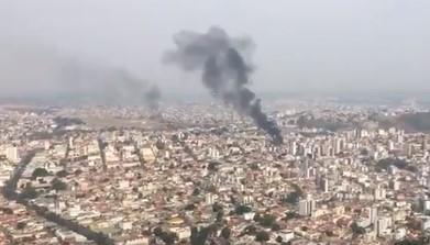Vídeo – Avião cai em bairro residencial de BH e deixa 3 mortos