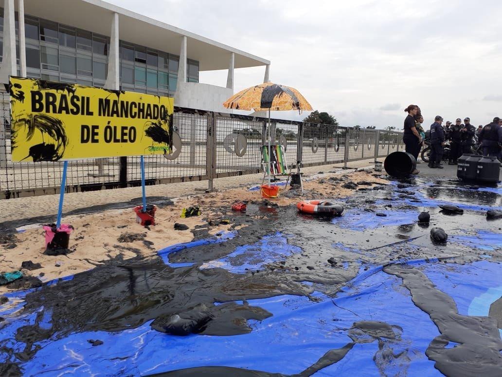 VÍDEO – Ativistas jogam 'óleo de tapioca' na frente do Planalto