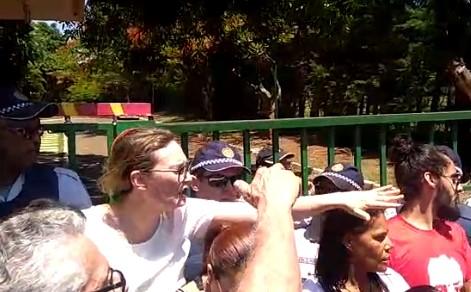 Vídeo: Maria do Rosário é barrada na embaixada da Venezuela