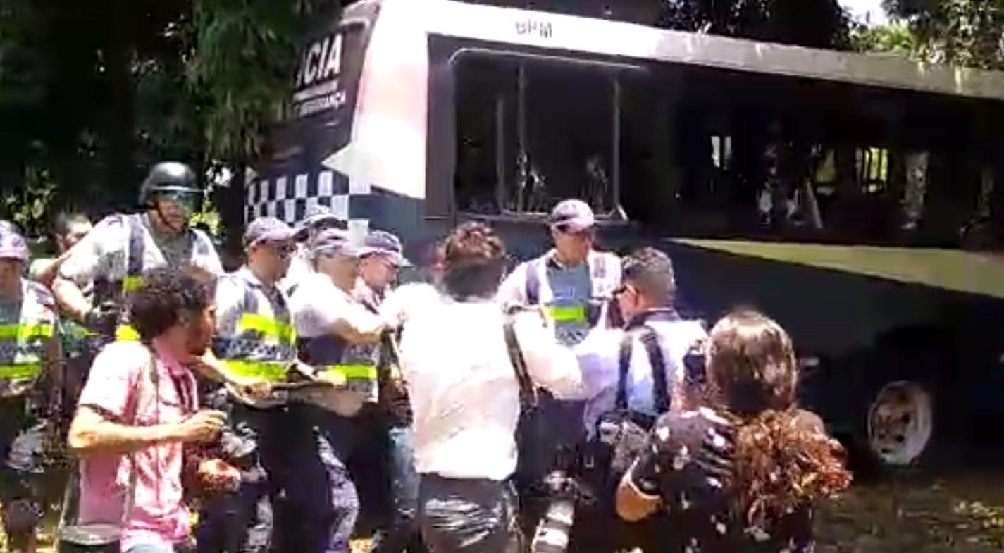 Vídeo: dois detidos em frente à embaixada da Venezuela