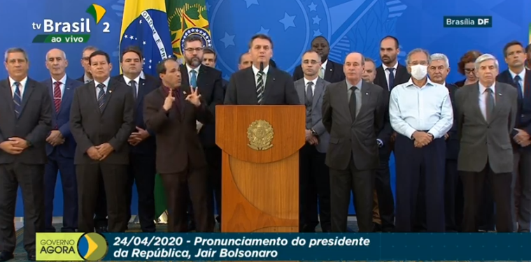 De máscara, Guedes acompanha pronunciamento de Bolsonaro