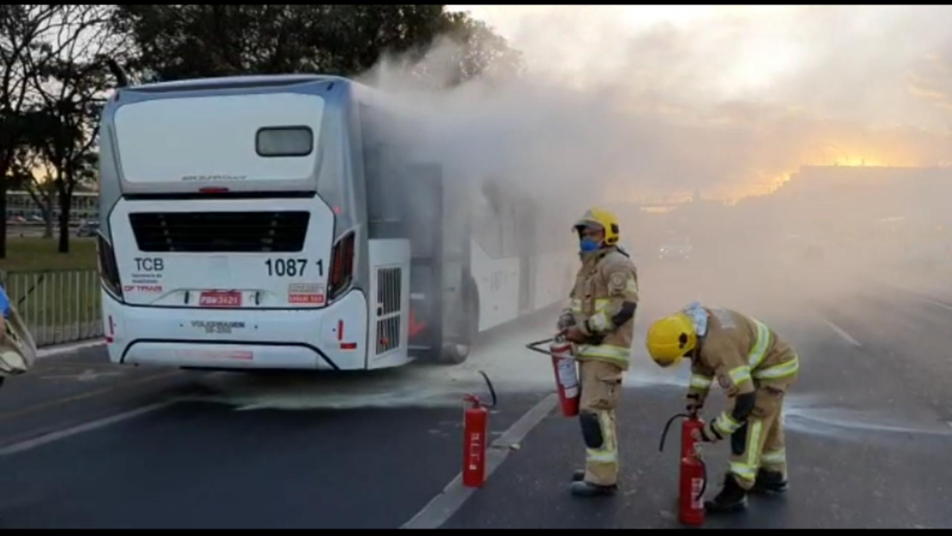 Justiça manda soltar homem que incendiou ônibus em frente ao Planalto