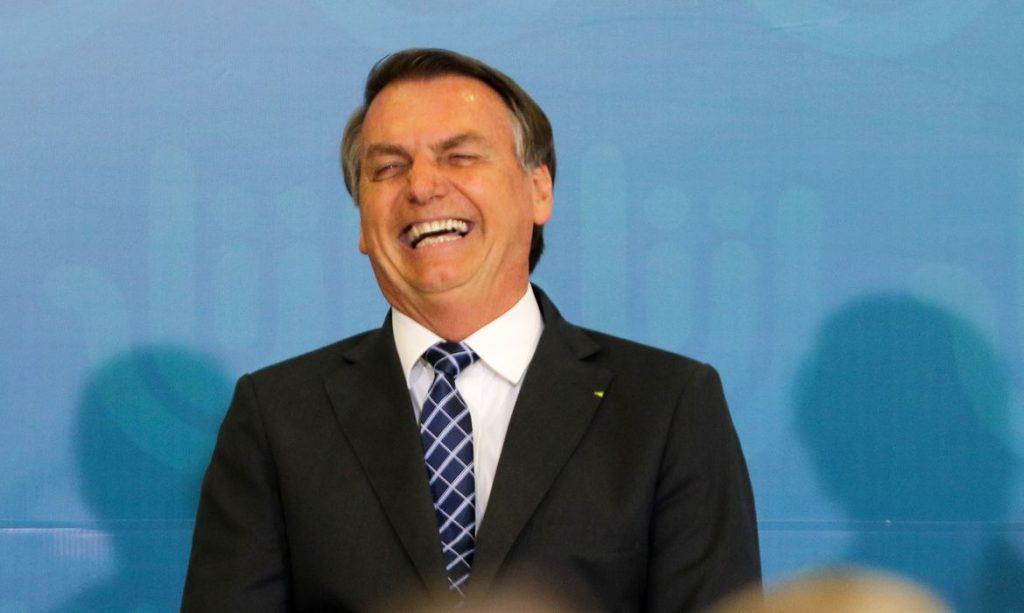 """""""Três fraquej… melhor não falar, não"""", diz Bolsonaro sobre filhas de apoiadora"""