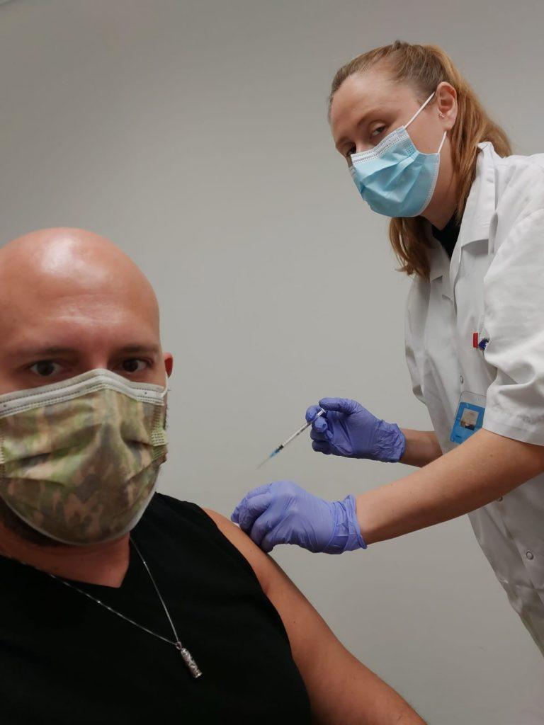 Brasileiro toma segunda dose de vacina contra Covid em Israel