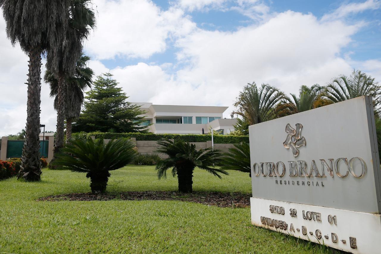 Flávio Bolsonaro quebra o silêncio sobre compra de mansão