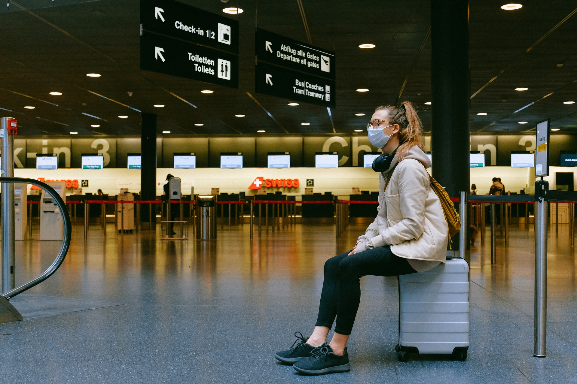 Viajante de máscara no aeroporto