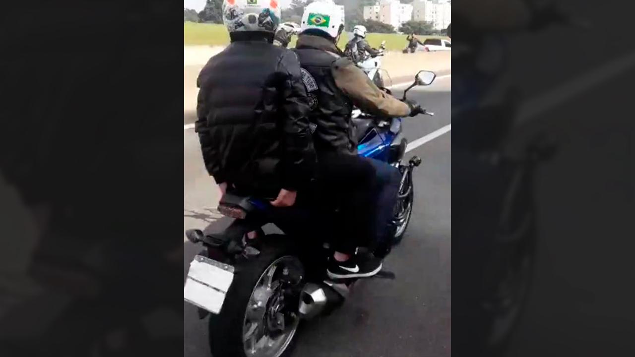 Bolsonaro comete crime ao cobrir placa de moto