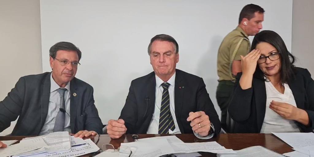 """Bolsonaro diz que uso obrigatório de máscara """"está servindo para multar"""""""