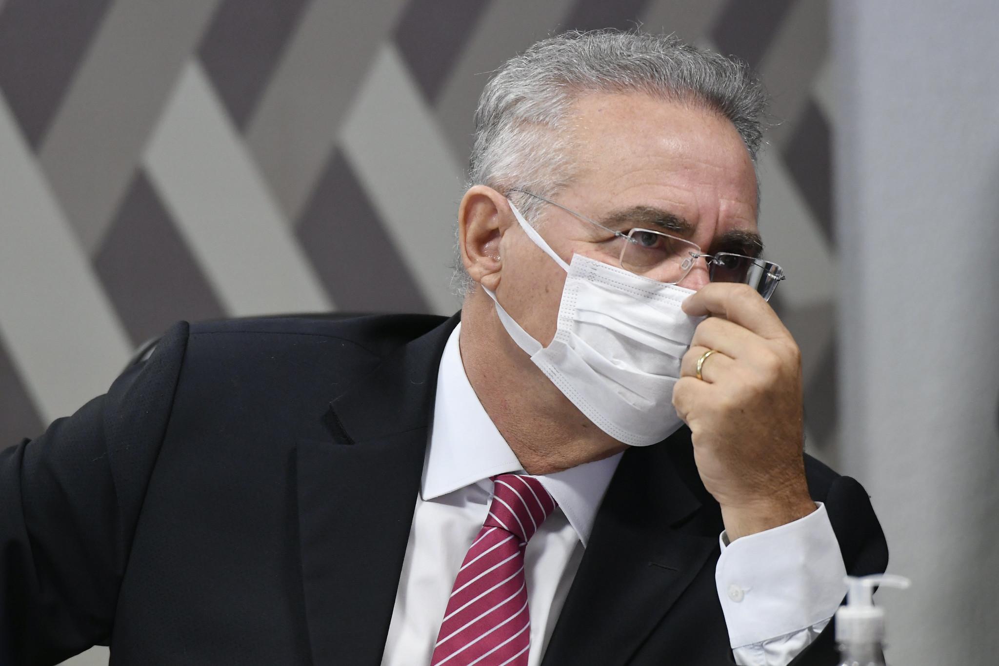"""""""Seu pai parece que não lhe deu educação"""", diz Renan a Flávio Bolsonaro"""